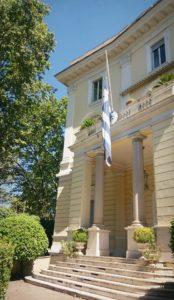 La bandiera greca a mezz'asta in segno di lutto alla sede dell'Ambasciata Greca a Roma
